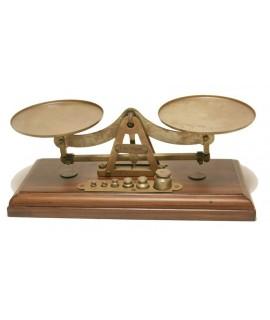Balanza de precisión de metal con pesas y base de madera