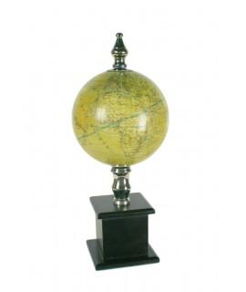 Globe terrestre de style vintage avec piédestal en bois de couleur foncée.