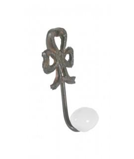 Colgador lacito en hierro colado y cerámica de un gancho. Medidas: 10x4x3 cm.