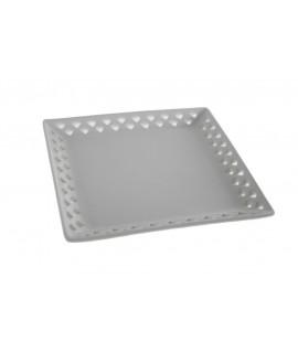 Plato calado de porcelana blanca  para mesa. Medidas: 18x18x2 cm.