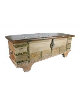 Coffre en bois massif décapé avec des rivets et des roues. Mesures: 46x116x41 cm.