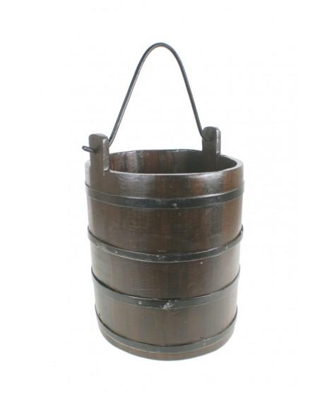 Cubo de madera  con asa de metal, estilo antiguo. Medidas: 55xØ30 cm.