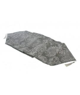 Chemin de table décoratif à motifs gris de style vintage.