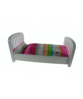 Cama de madera para muñecas de color blanco con sabanas. Medidas: 25x54x29 cm.