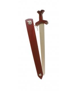 Espasa amb relleus de fusta massissa amb vaina Falcó. Mesures: 61x12 cm.