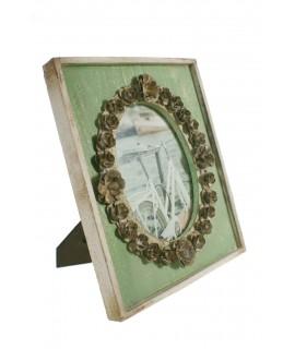 Portafotos con marco de madera y flores de metal. Medidas: 31x26 cm.