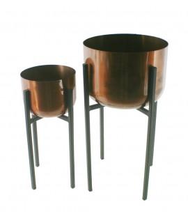 Les jardinières en métal ont fini en couleur cuivre avec un pied haut.  62xØ32/50xØ23 cm.
