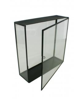 Haute urne rectangulaire en verre avec bordure en métal. Mesures: 35x35x11 cm.