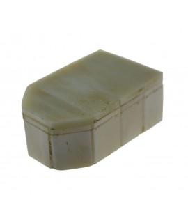 Boîte à os blanche avec couvercle. Mesures 2x6x4 cm.