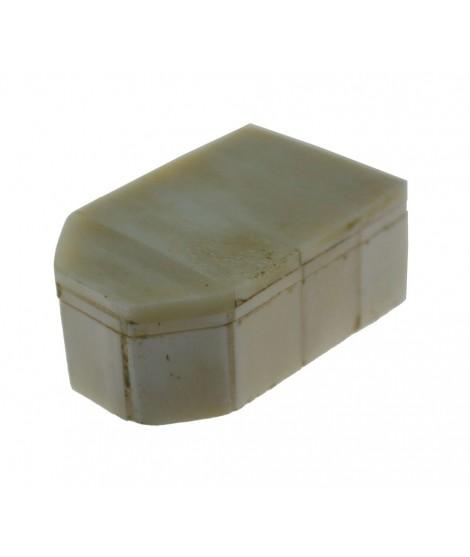 Cajita de hueso color blanco con tapa. Medidas 2x6x4 cm.