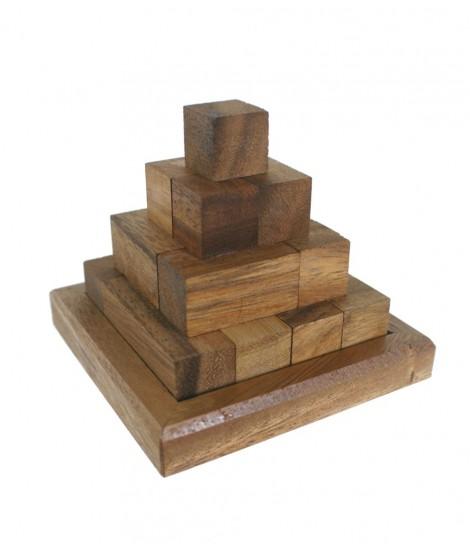 Piràmide de fusta per encaixar. Mesures: 9x10x10 cm.