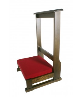 Reclinatorio de madera maciza color castaño. Medidas: 89x51x50 cm.